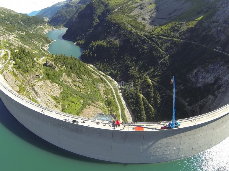 Vista dall'alto sulla diga