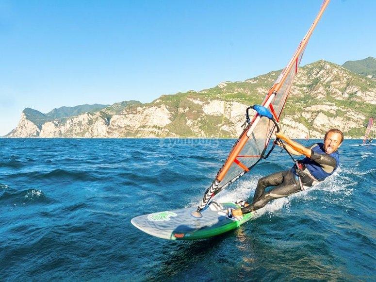 Con il windsurf nel lago