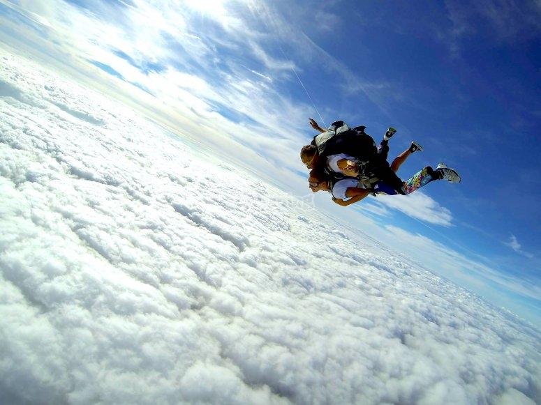 Sopra le nuvole e in caduta