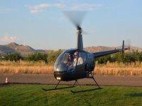 Elicottero ultraleggero in fase di decollo