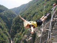 Salto con il bungee jumping