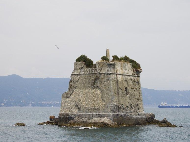 Una torre in mezzo al mare