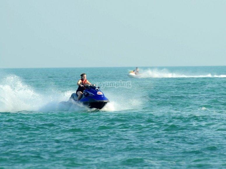 Divertiti sulla moto in mare