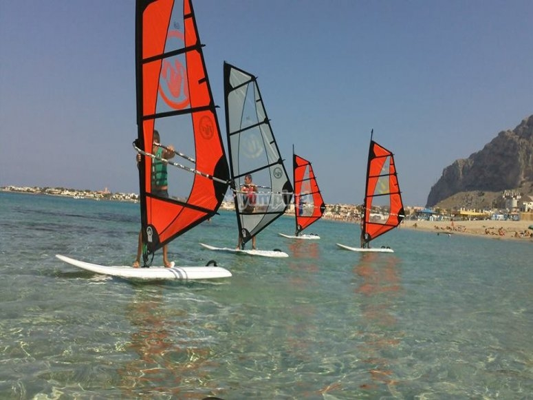 Have fun in company on windsurfing