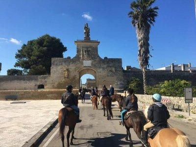 Passeggiata a cavallo con visita ad Acaya (1h)