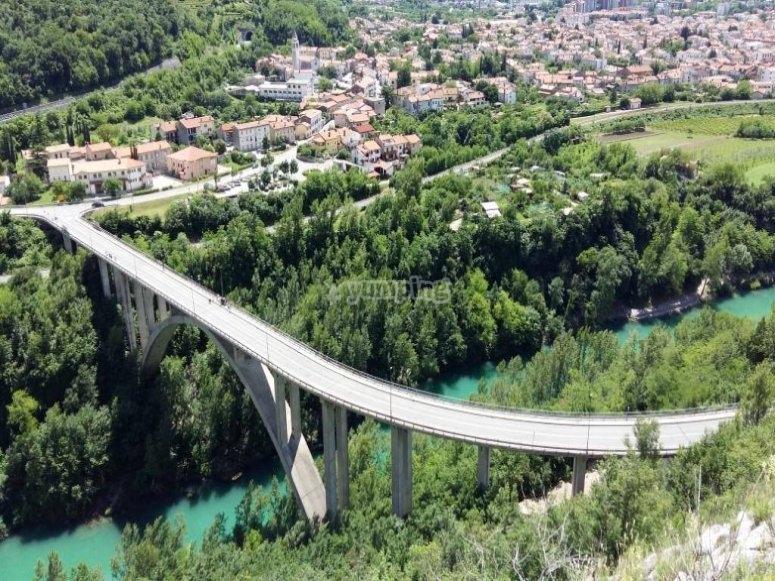 Il ponte da cui ci si lancia