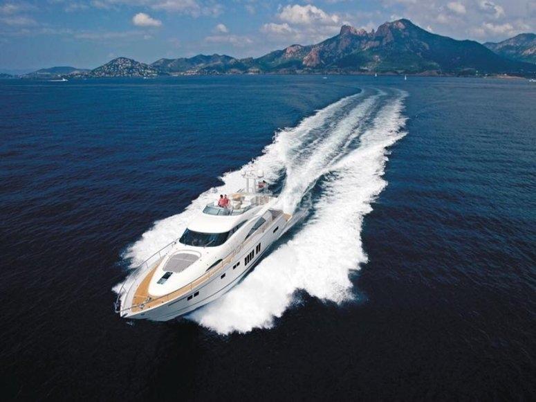 Sali a bordo del nostro yacht