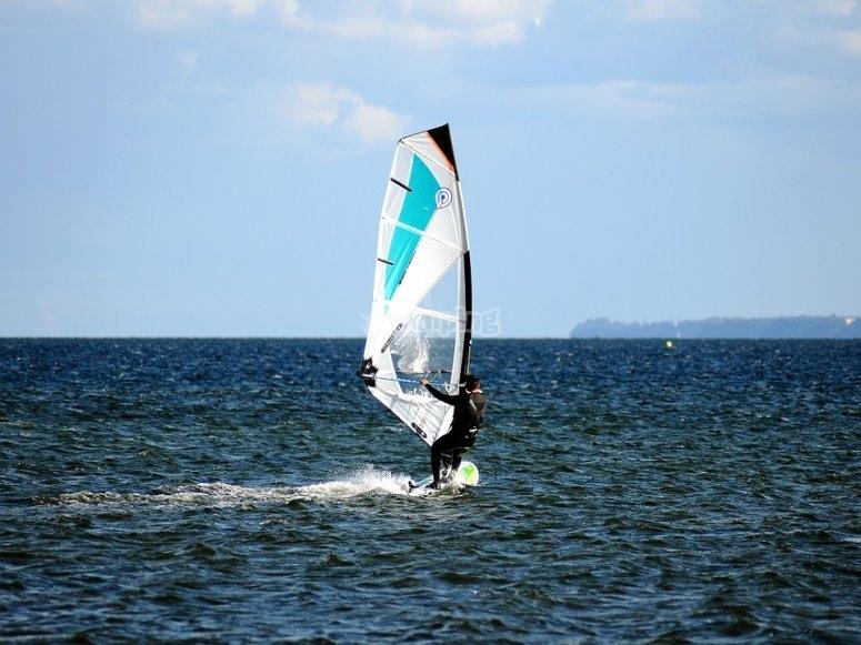 Vieni a provare il windsurf con noi