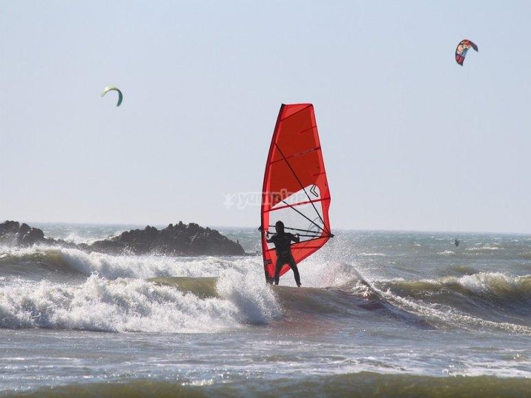 In acqua con il windsurf
