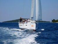 Navigando a bordo della Bavaria Cruiser