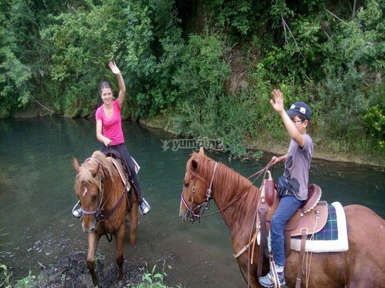 Cavalcando lungo il fiume