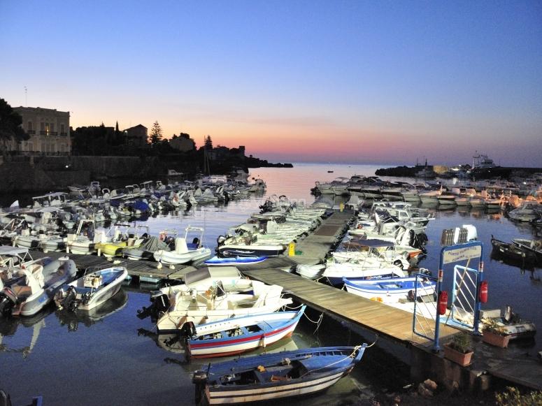 Il porto di Ognina al tramonto