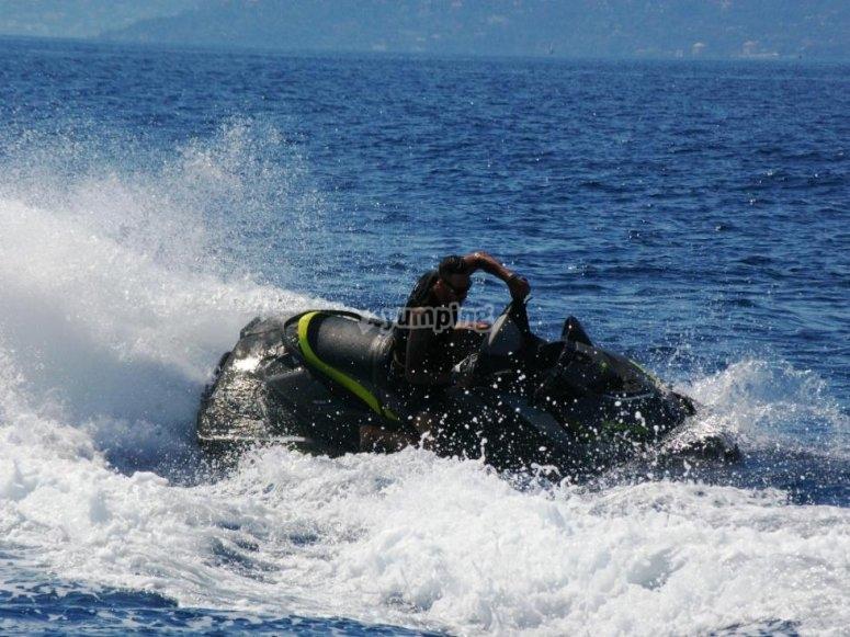 Tra le onde del Mar Ligure