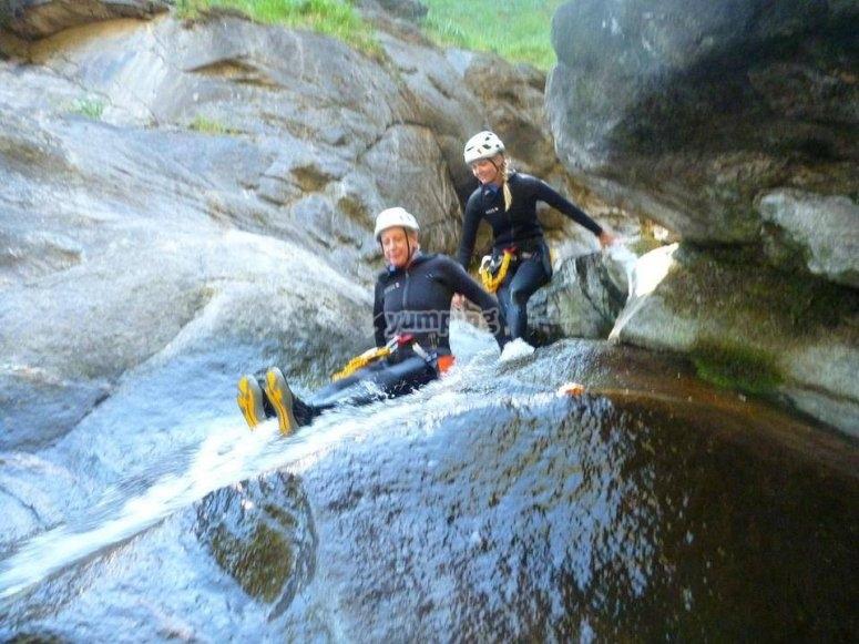 Scivolando sulle rocce del torrente