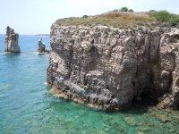 La parere rocciosa a piombo sull'acqua