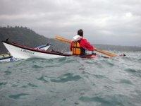 Le kayak parmi les vagues