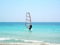 windsurf nell azzurro mare