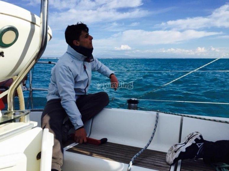 divertendosi in barca a vela
