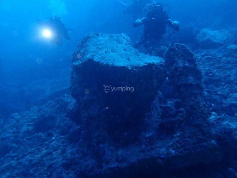 tra i fondali rocciosi