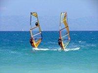 Windsurfer sul lago