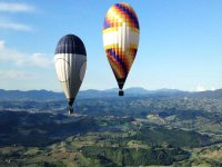Due mongolfiere in volo sulla città di Siena