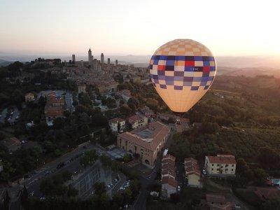 Volo condiviso in mongolfiera San Gimignano 45 min
