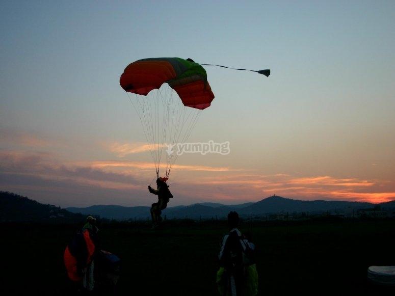 un atterraggio morbido al tramonto