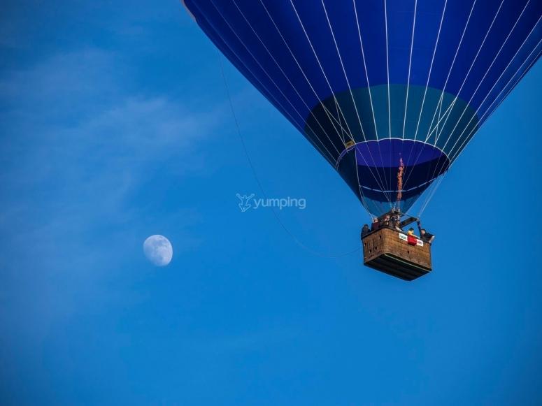 vieni a volare nel cielo limpido della toscana