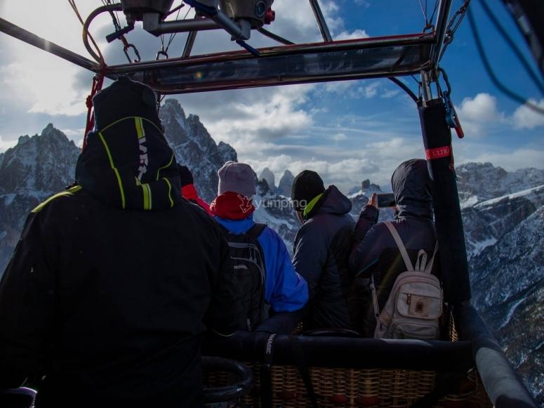 in  mongolfiera tra le alpi