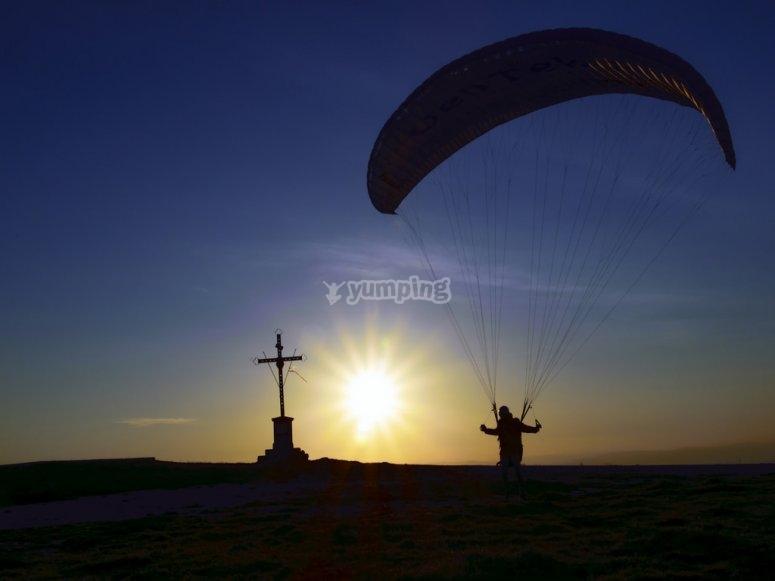 un fantastico tramonto in parapendio