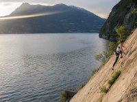 pareti rocciose a picco sul lago