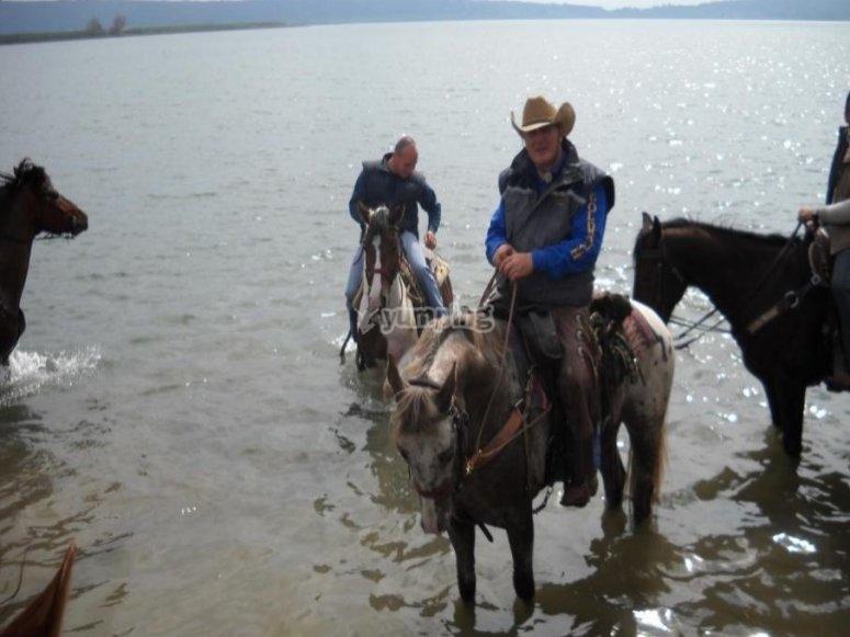 in sella ai nostri cavalli e con le migliori guide si affrontano sentieri di tutti i tipi