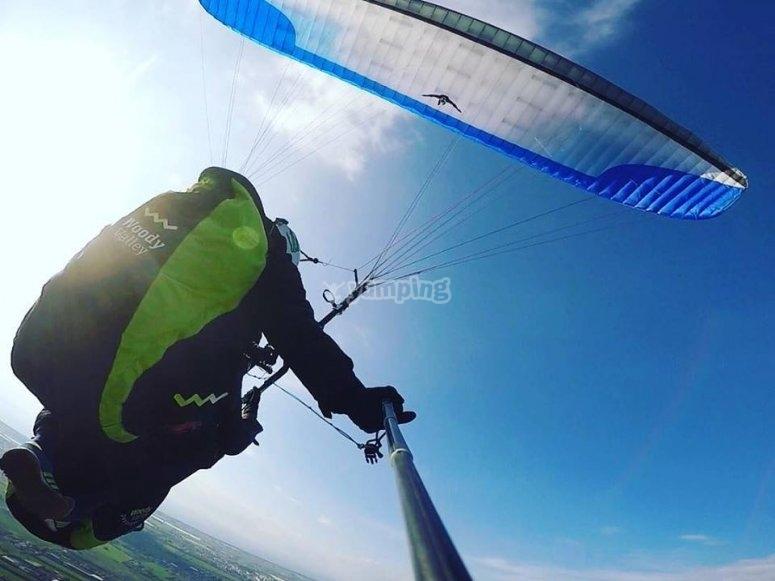vola in alta quota, il cielo azzurro ti sta aspettando