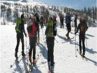 In esplorazione con gli sci ai piedi