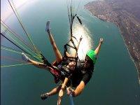 La magia di un volo in parapendio sul lago di Garda