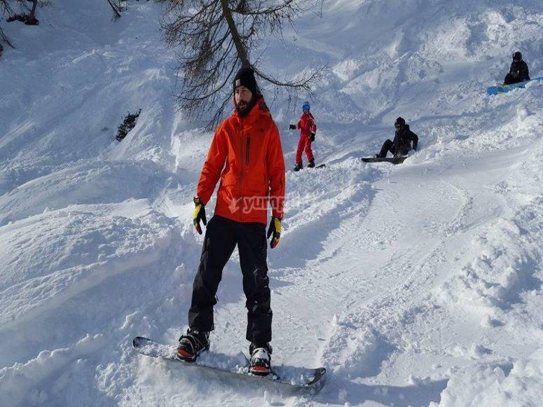 la neve fresca da scoprire, la tavola da snowboard ti aspetta