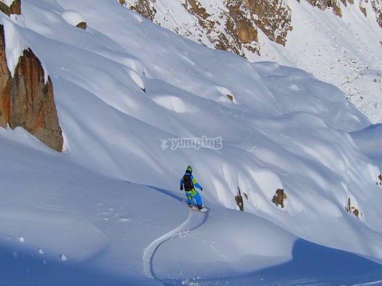 fantastica discesa in snowboard