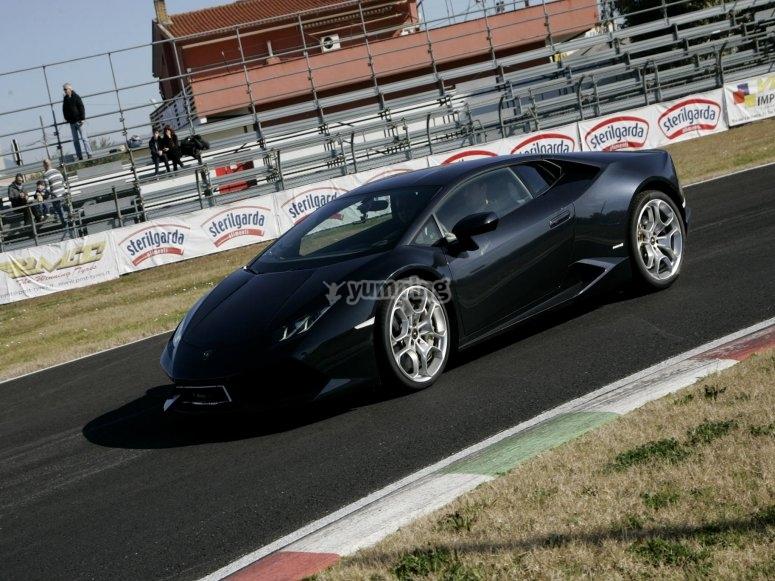 La Lamborghini Huracán mordendo l'asfalto