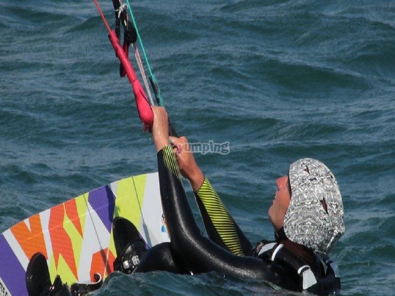 Lezione di kitesurf in acqua