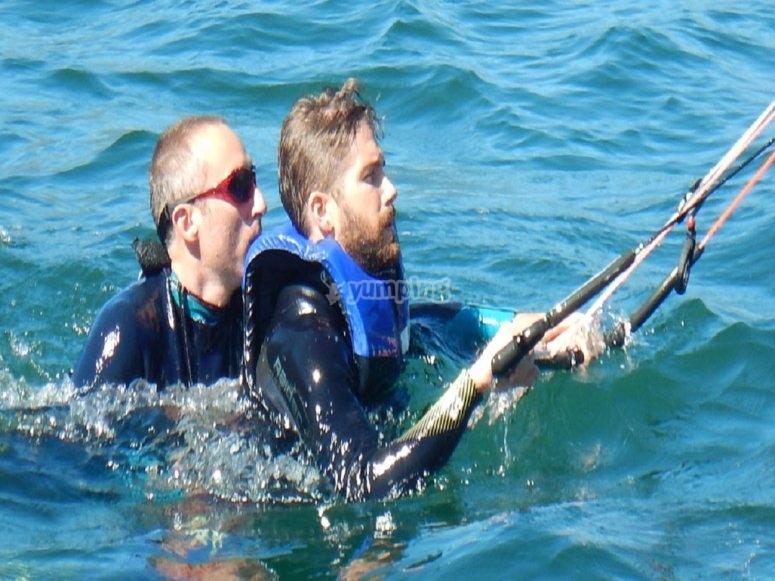 Lezione in acqua con il kitesurf