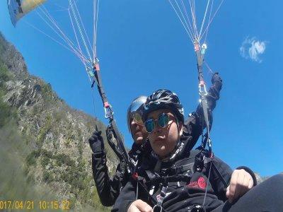 Flying in a tandem paragliding Aosta Valley 20 min