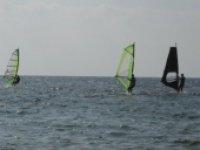 In gruppo con il windsurf