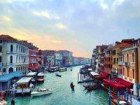 una vista della citta di venezia