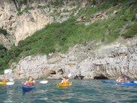 Gruppi in escursione in canoa vicino Sorrento