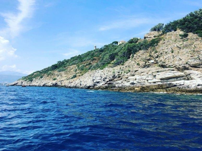 La costa dell' Isola di Gallinara in gommone