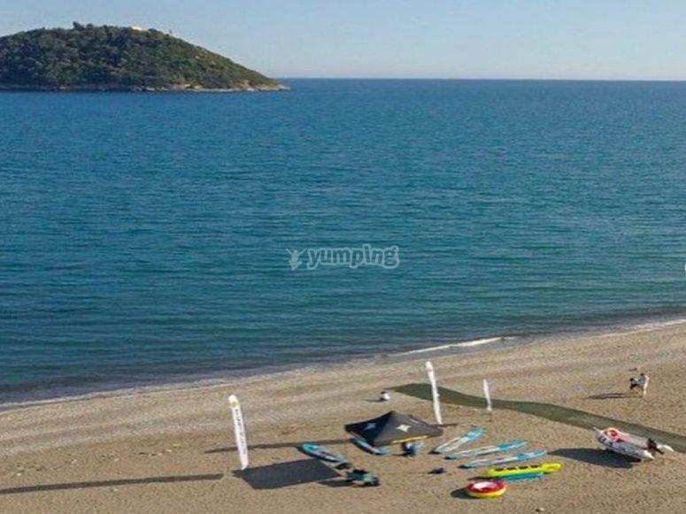 Bagno nelle spiagge di Albenga con il noleggio di un gommone per 6 persone