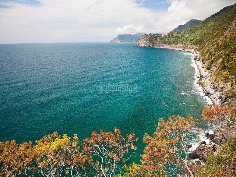 Scopri la costa della Liguria di ponente con il noleggio di un gommone senza patente