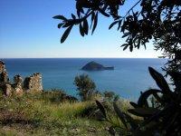 Scoprire l Isola della Gallinara in gommone da Albenga