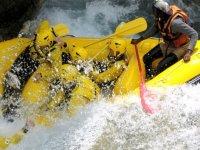 Schizzi E Acqua Con Il Rafting