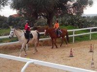 lezione di equitazione per grandi e piccini